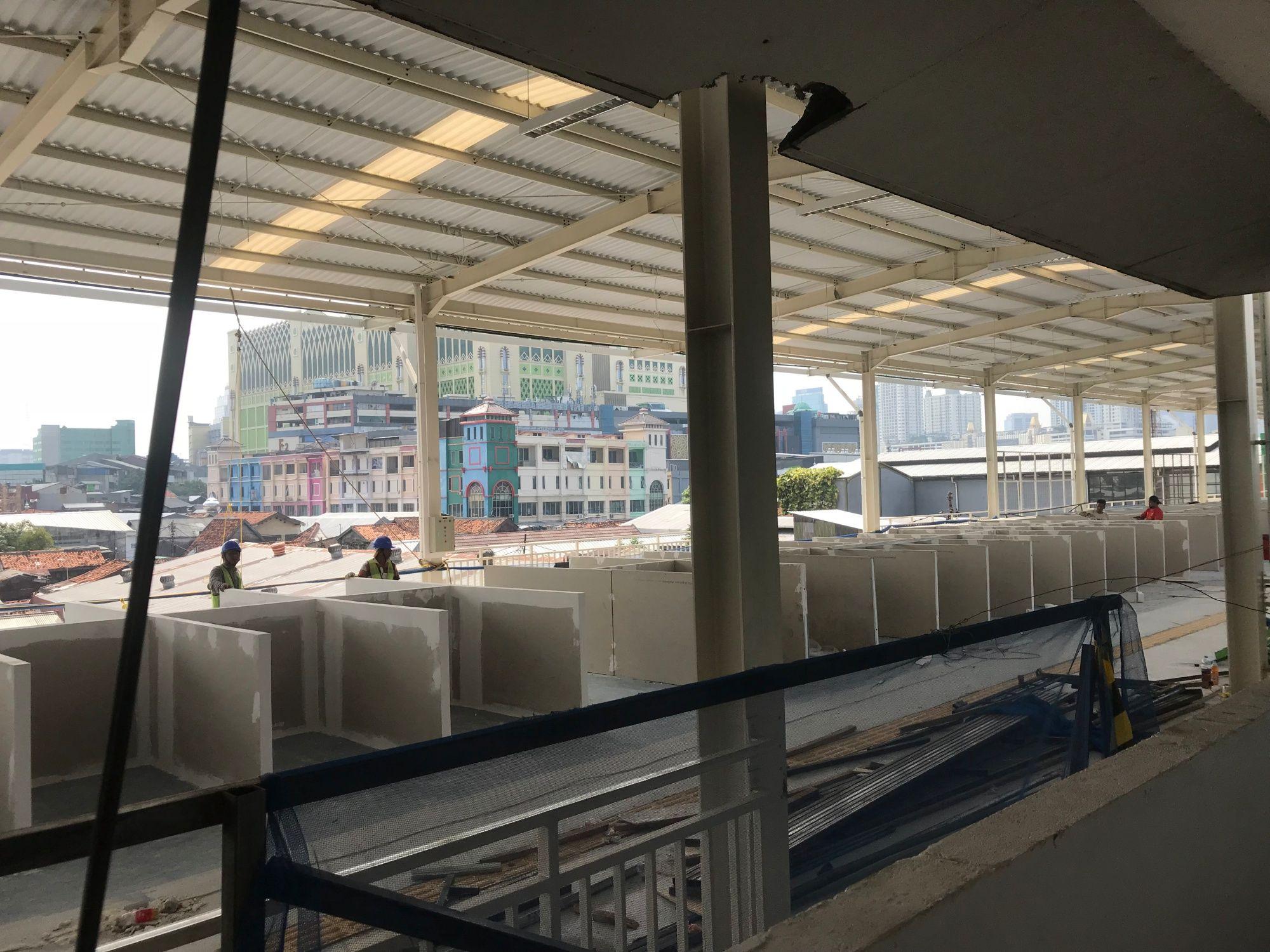 FOTO: Penampakan Kios PKL di Atas Skybridge Tanah Abang