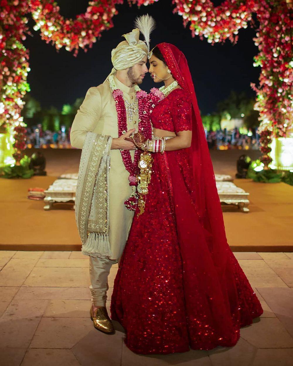 8 Gaun Anggun Priyanka Chopra saat Pernikahan, Mewah Bertabur Payet!