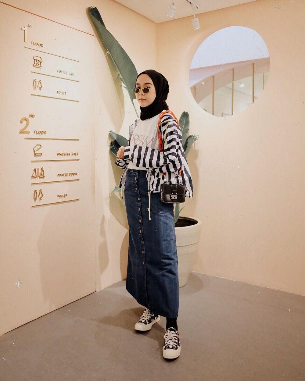 8 Ide Outfit Hijab Ini Makin Chic Dipadukan dengan Sneakers, Cobain!