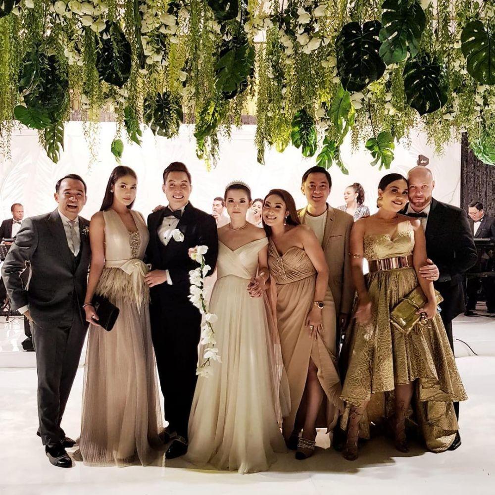 10 Adu Gaya Stylish Para Artis saat Hadiri Pernikahan Edric Tjandra