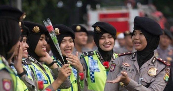 Polwan Ternyata Berawal dariEnam Gadis Remaja Asal Minang!