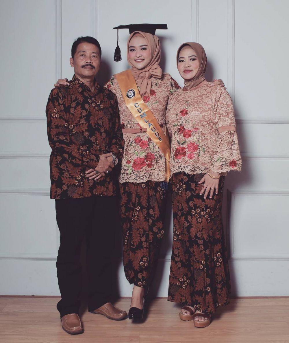 Pas Buat Wisuda, Intip 10 Inspirasi Kebaya Modern dengan Hijab Ini!