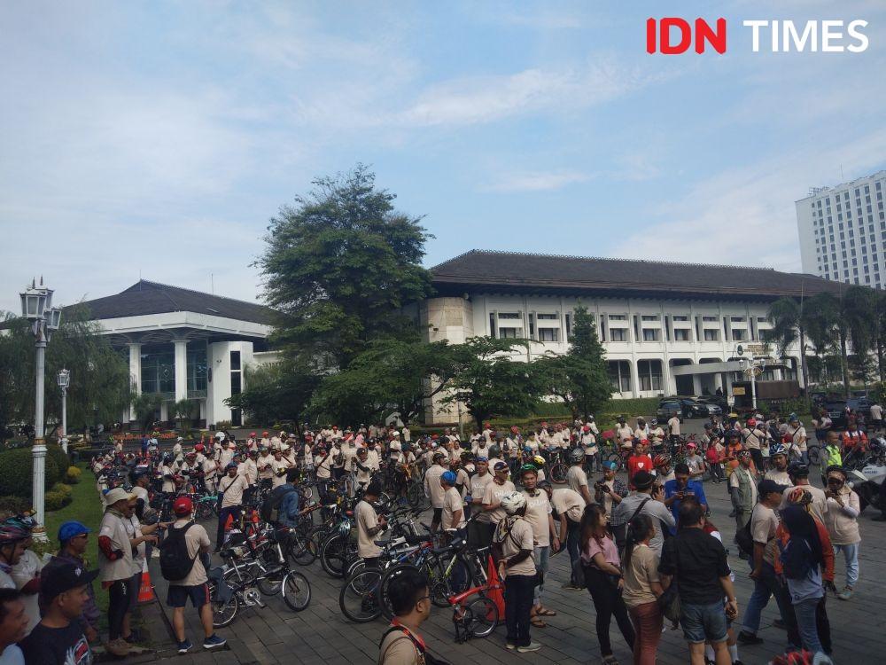 10 Potret Keseruan Hari Dilan di Bandung,Iqbaal Bikin Warga Histeris!