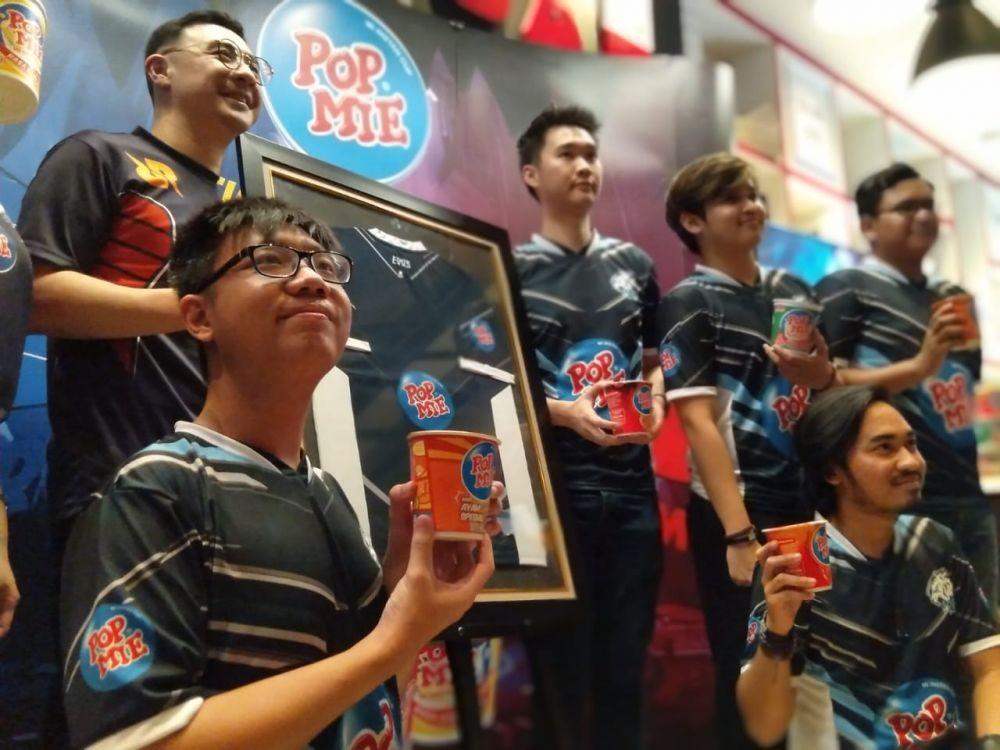 Pop Mie Hiasi Jersey Pemain EVOS dan RRQ