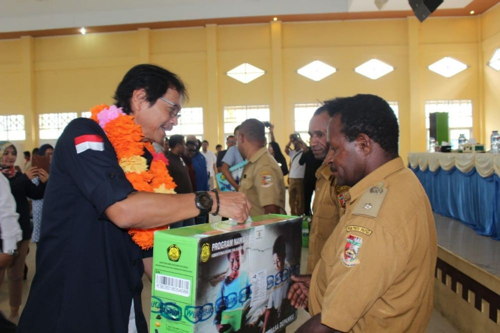The Ministry of Energy and Mineral Resources Shares Solar Lights in 3 Regencies in Papua