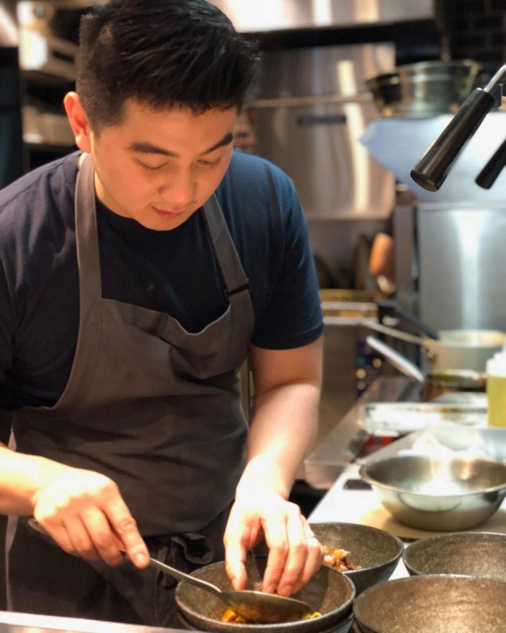 9 Potret Chef Arnold yang Berkarisma, Tatapannya Bikin Deg-degan!