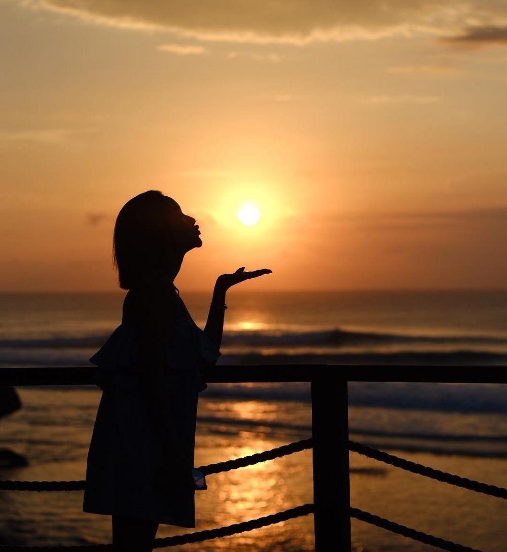 10 Potret Cita Citata Liburan ke Bali, Nikmati Sunset dan Yoga