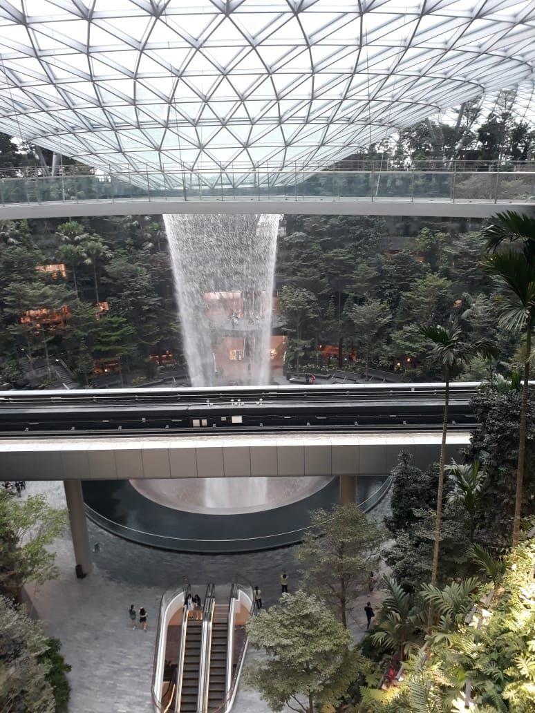 Makin Keren, Changi Airport Sekarang Punya Air Terjun Cantik