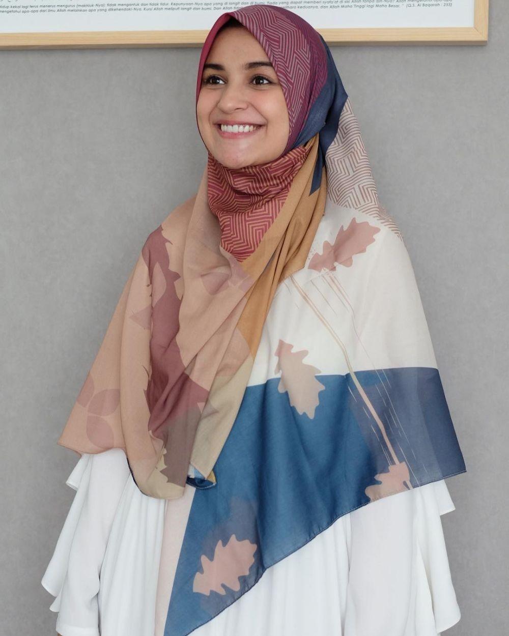 10 Cara Memakai Jilbab Segi Empat Sederhana yang Modis