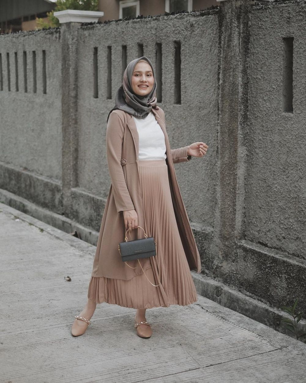 Inspirasi OOTD Undertone ala Dwi Handayani, Super Chic and Shady