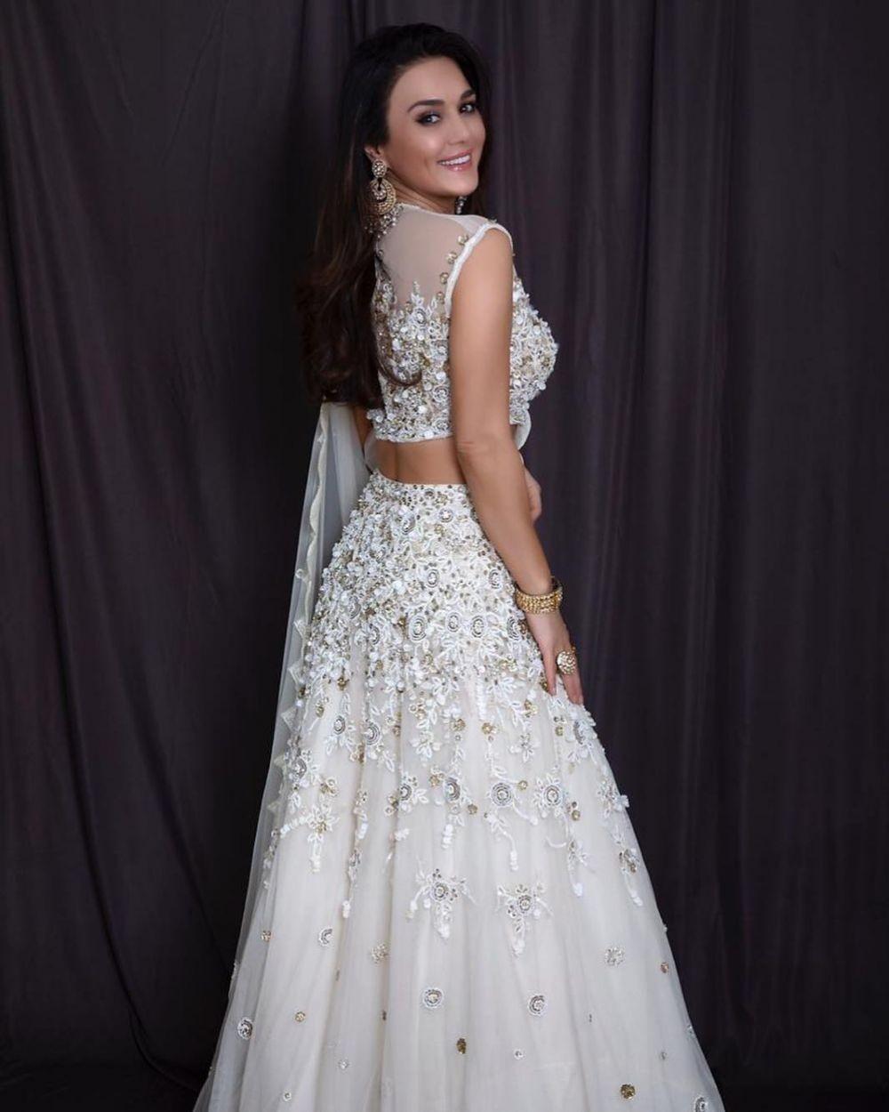 Kasual Sampai Anggun, 8 Referensi Fashion Stylish ala Preity Zinta
