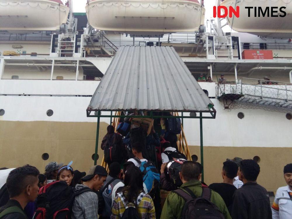 Mudik Lebaran, Penumpang KM Lawit Padati Pelabuhan Benoa Sejak Pagi