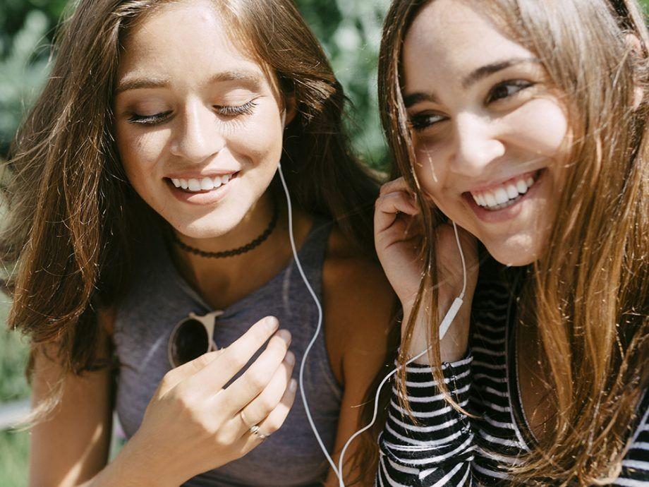 Bosan karena Sering Rusak? Ini 7 Cara Merawat Earphone yang Benar