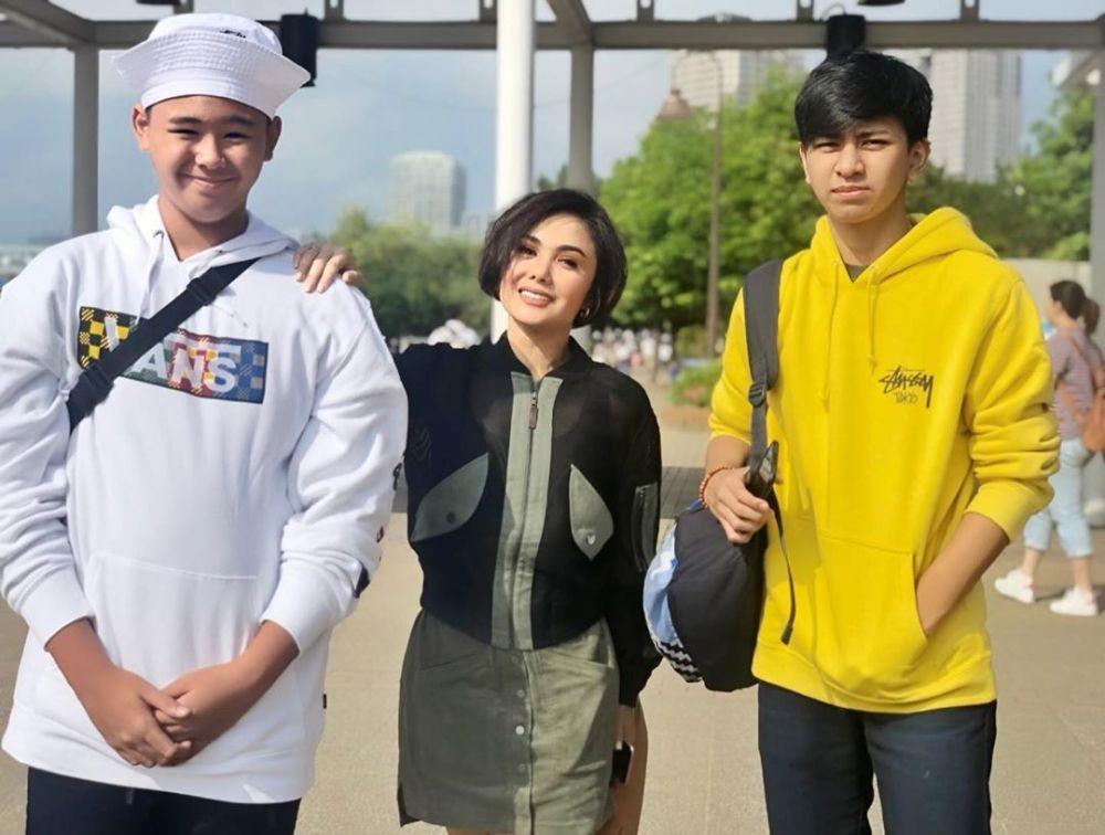 Kayak Kakak Adik, 10 Potret Liburan Yuni Shara di Jepang Bareng Anak