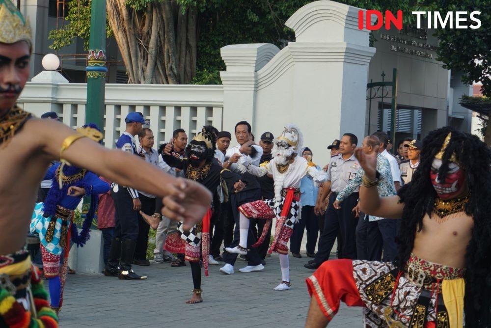 Jalan Kaki Tinjau Malioboro, Sultan Pungut Sampah di Jalanan