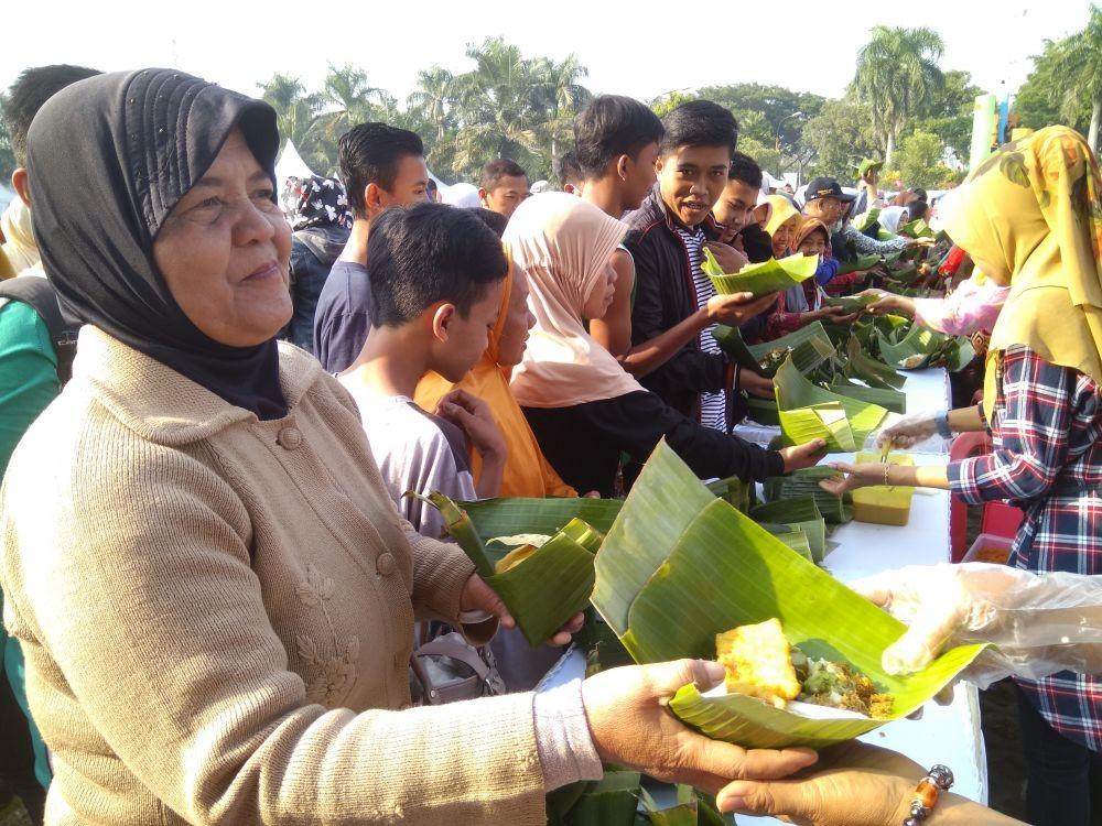 12 Ribu Bungkus Nasi Pecel Pincuk Dihidangkan Gratis di Madiun