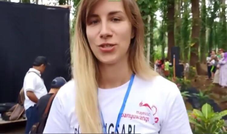 Sempat Terjatuh, Warga Banyuwangi Kembalikan HP Milik Turis Serbia