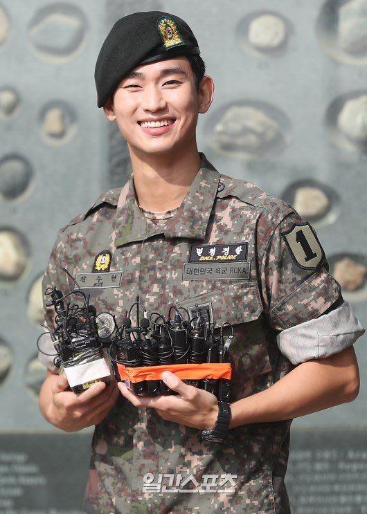 Keluar Wamil, 10 Potret Kim Soo Hyun yang Makin Gagah dan Menawan