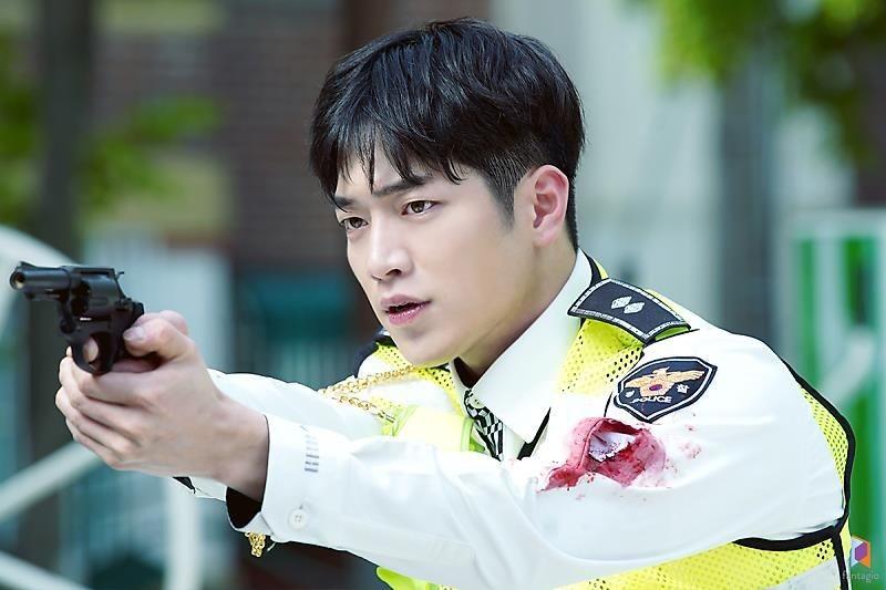 Berdarah-darah, 10 Potret Seo Kang Joon Jadi Polisi di drama Watcher