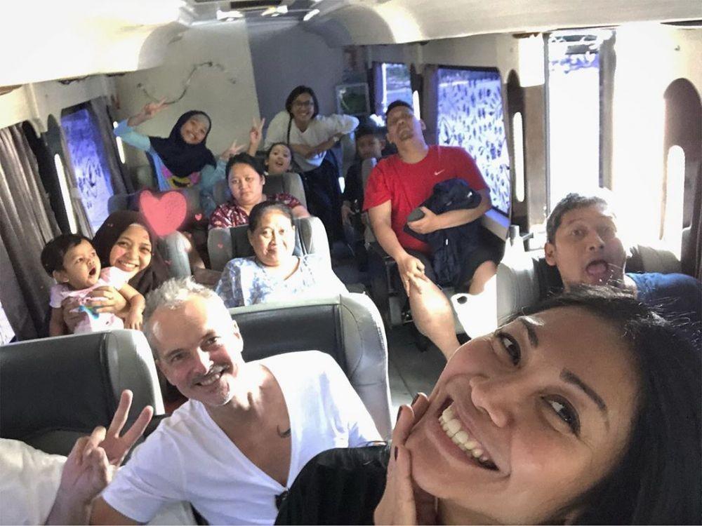 Mudik ke Kroya, AnggunAjak Keluarga Besar Naik Bus