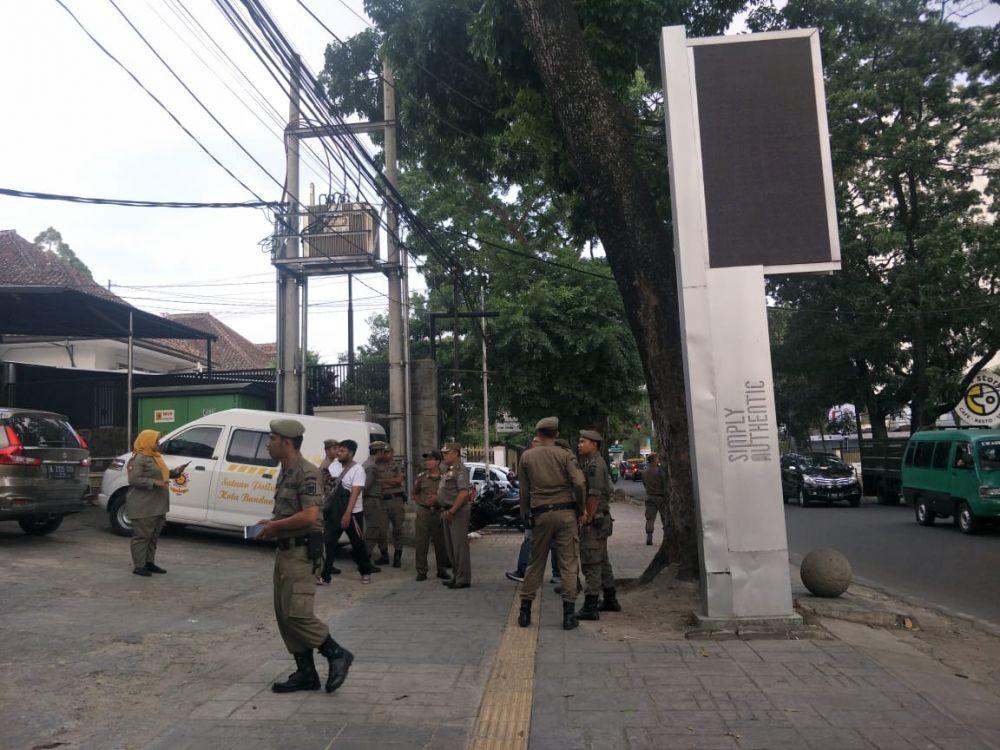 Nunggak Pajak, Satpol PP Segel 5 Videotron Mini di Bandung