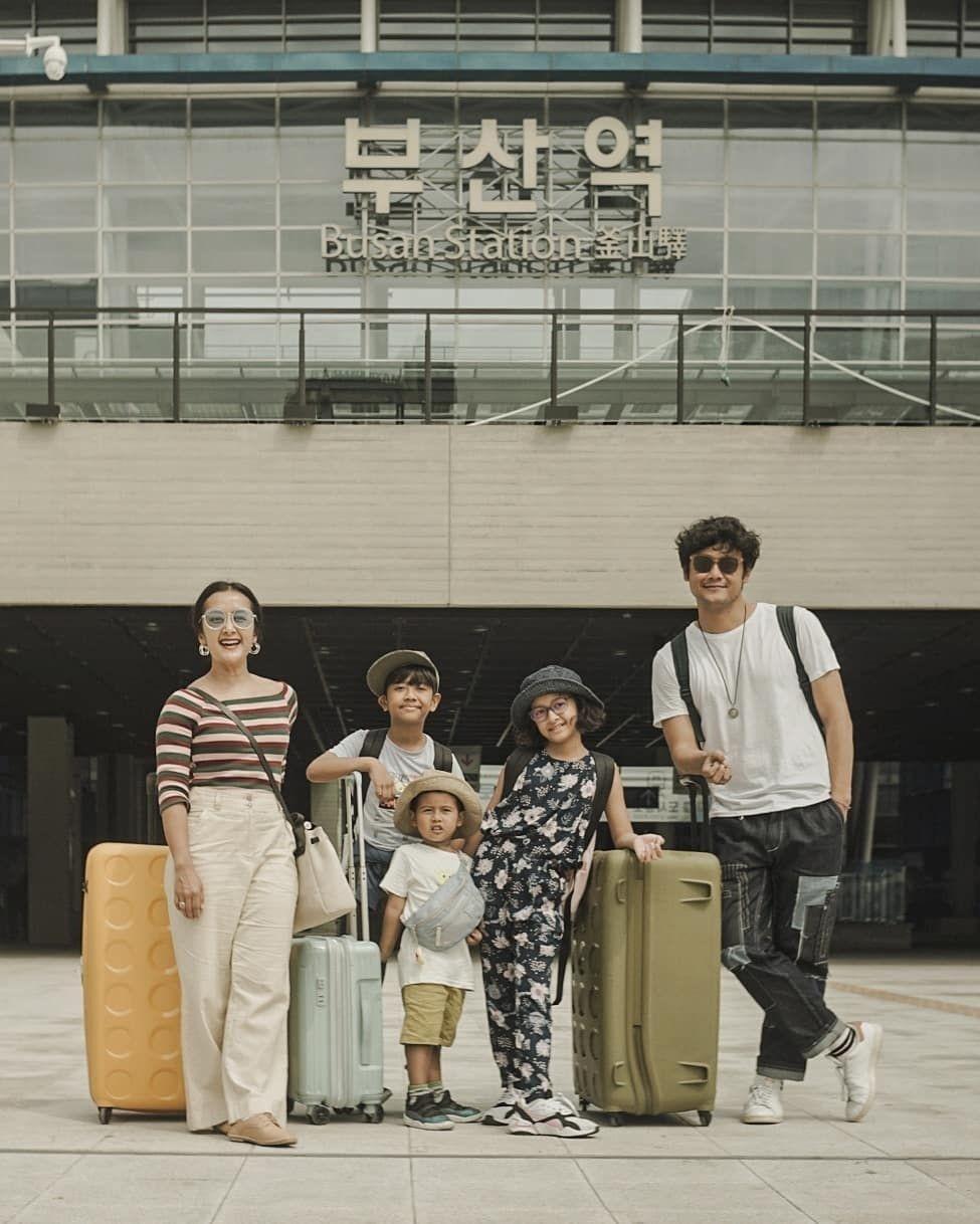 Seru Abis, 10 Potret Liburan Keluarga Dwi Sasono ke Korea Selatan