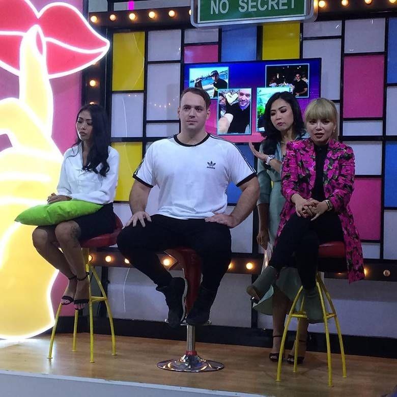 10 Kemesraan DJ Dinar Candy & Pria Bule, Pacaran Gak Ya?