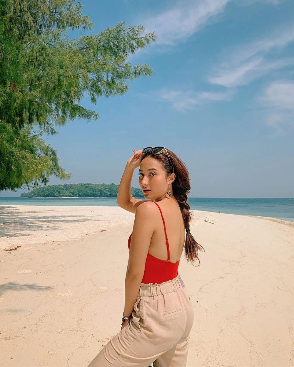 Bermain di Pantai, Inilah 10 Pesona Naomi Zaskia yang Curi Perhatian