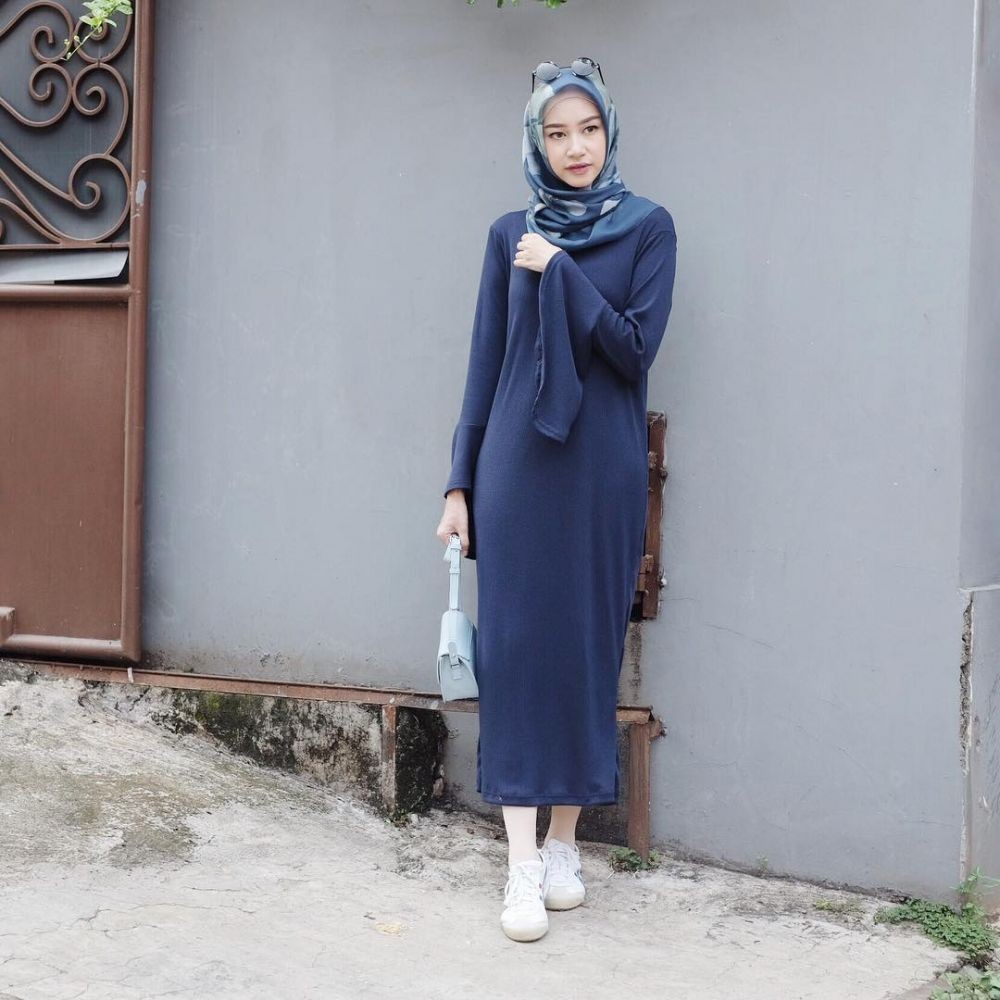 10 Ide Simple Look dengan Hijab ala Influencer Siti Bahjatina