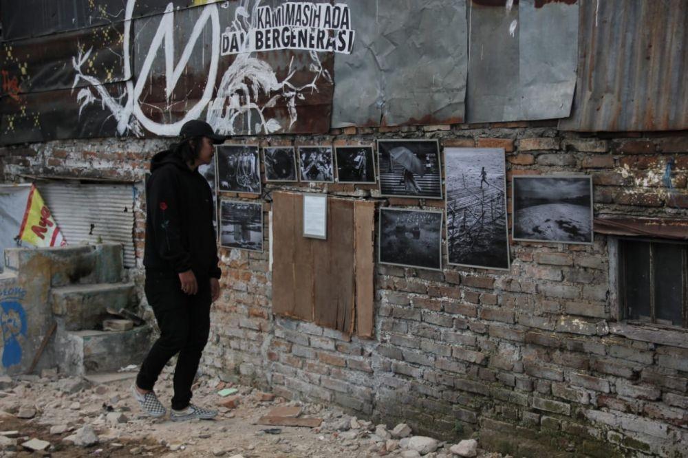 [FOTO] Warga Tamansari Mengais Puing-puing Rumah Sisa Penggusuran