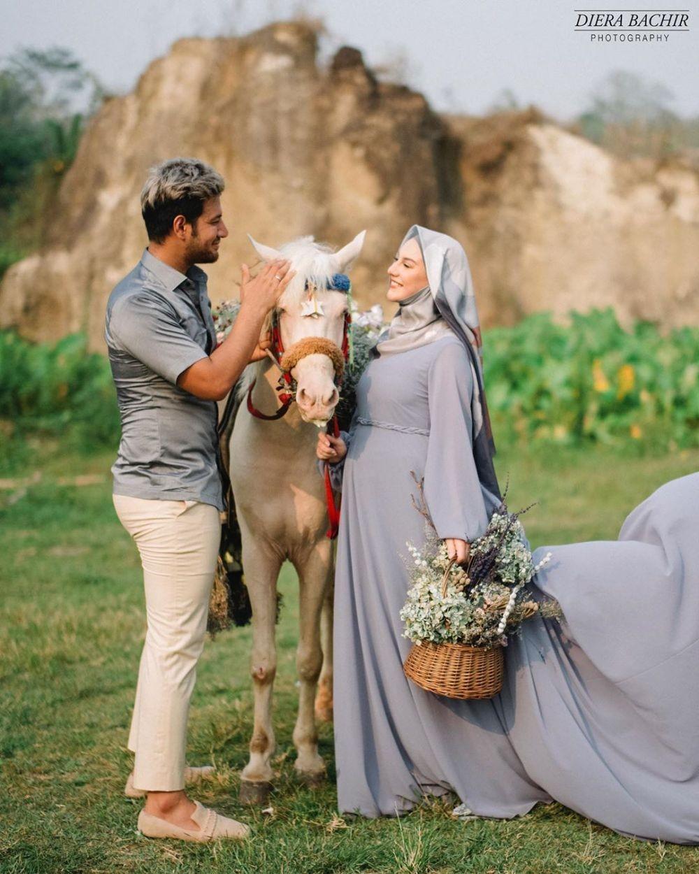 Bareng Kuda, 10 Pose Maternity Shoot Irish Bella dan Ammar Zoni