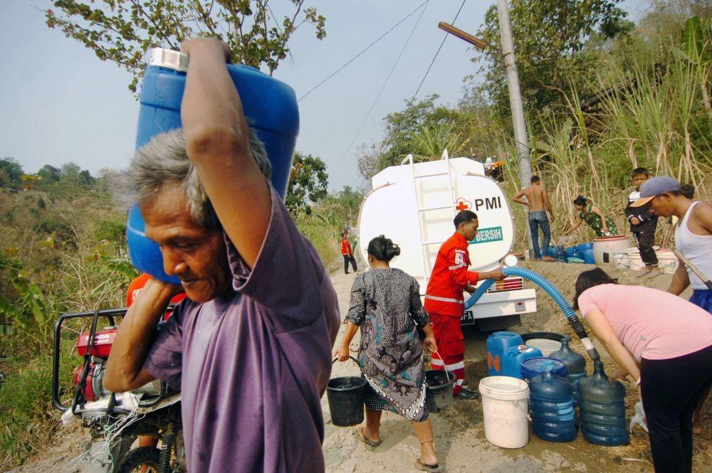antarafoto pembagian air bersih akibat kemarau panjang 090919 ol 2 ec697214f3386e7e6e9570e3377893a2 - Indonesia Berambisi Pastikan Seluruh Warga Bisa Dapat Air Bersih
