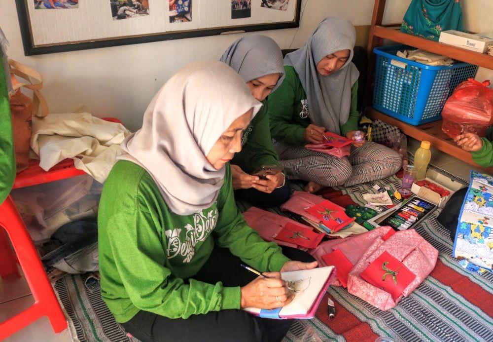 Emak-emak di Malang Lukis Payung dan Dompet dengan Motif Habibie