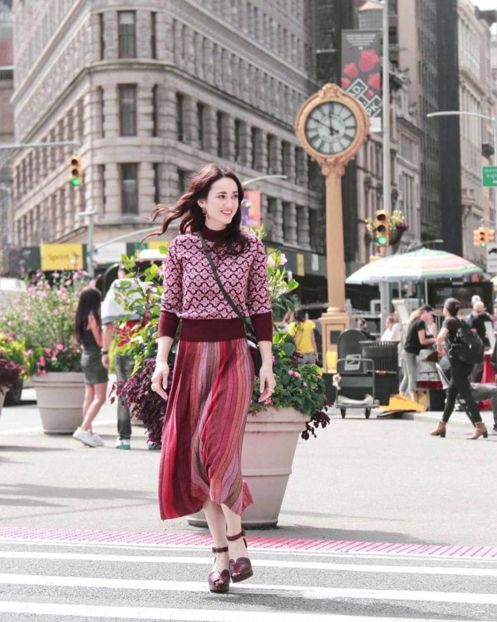 9 Potret Julie Estelle di New York Fashion Week, Bak Model Profesional
