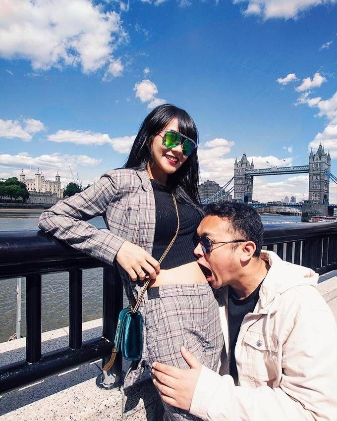 Ultah Pernikahan Ketiga, 10 Potret Romantis Gilang Dirga dan Istri