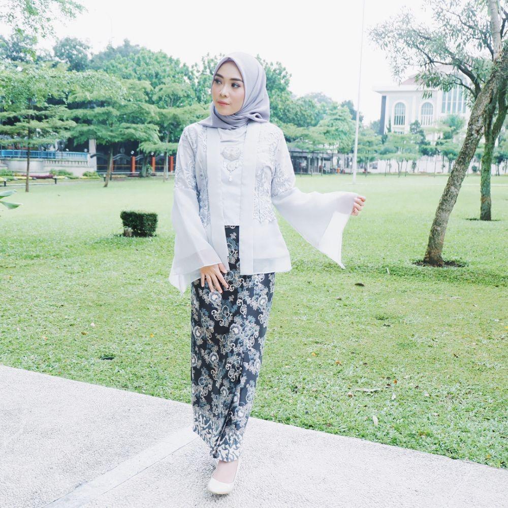 Inspirasi Kebaya Hijab Putri Melati, Anggun Banget lho buat Kondangan!