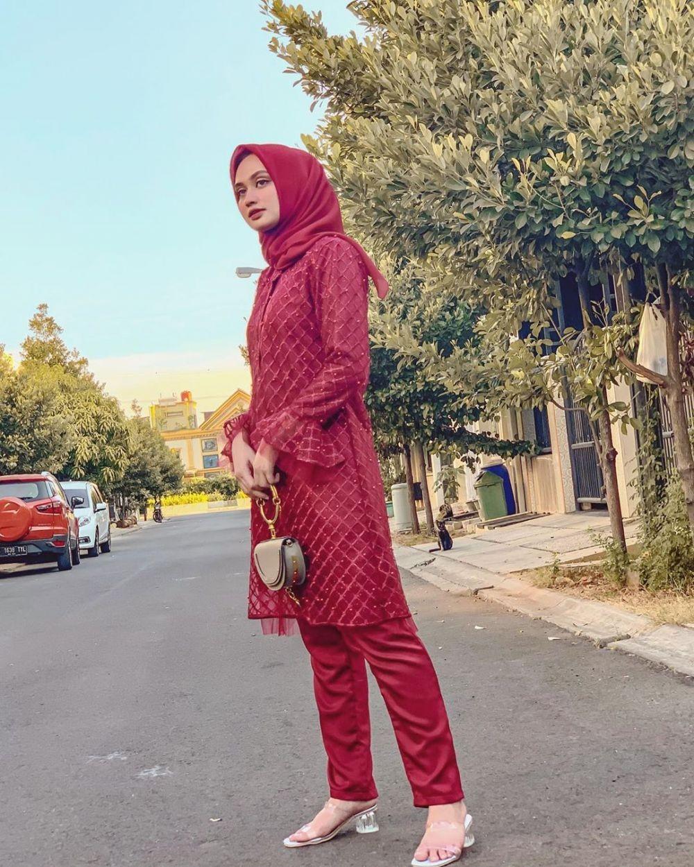 Inspirasi Kebaya Hijab Shella Alaztha, dari Rok, Dress, hingga Celana