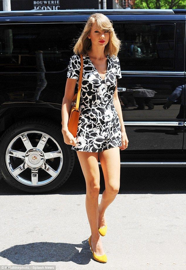 10 Ide Mix and Match Outfit Monokrom ala Taylor Swift, Simple Banget!