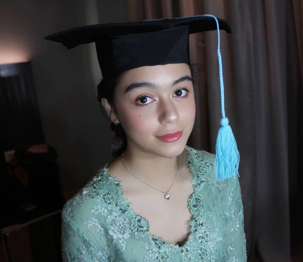 Penampilan Anggun Yasamin Jasem Berbalut Kebaya dan Batik