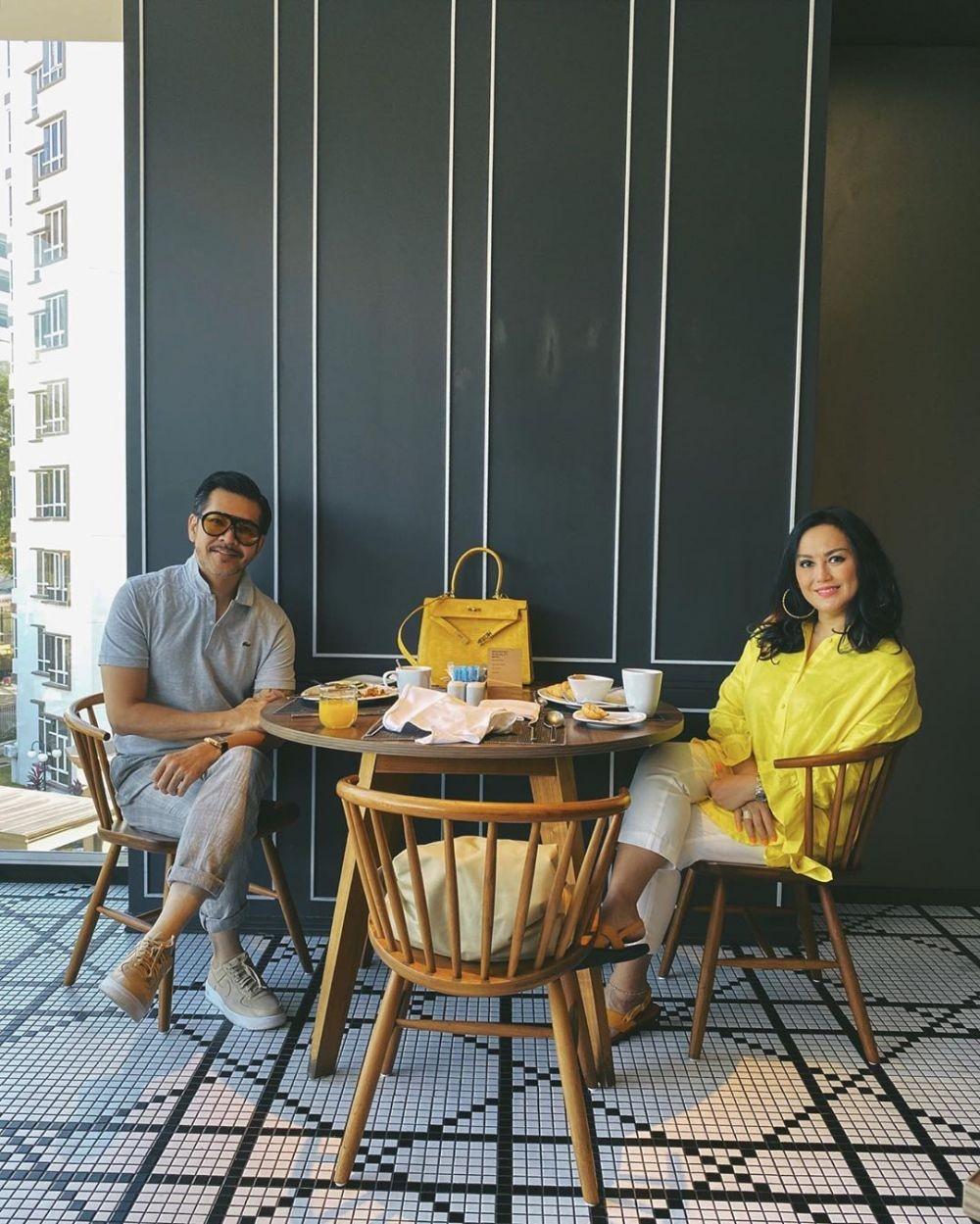 Telah 24 Tahun Menikah, Ini 10 Potret Kemesraan Ferry Salim dan Istri