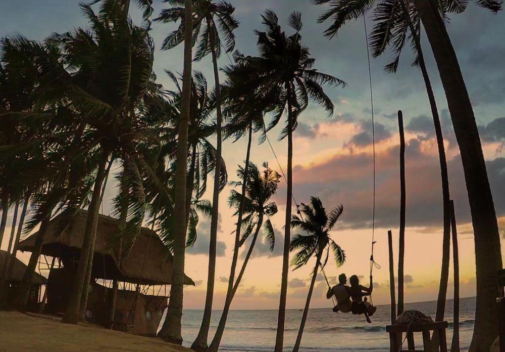 10 Pantai Cantik di Indonesia yang Punya Spot Ayunan Instagramable