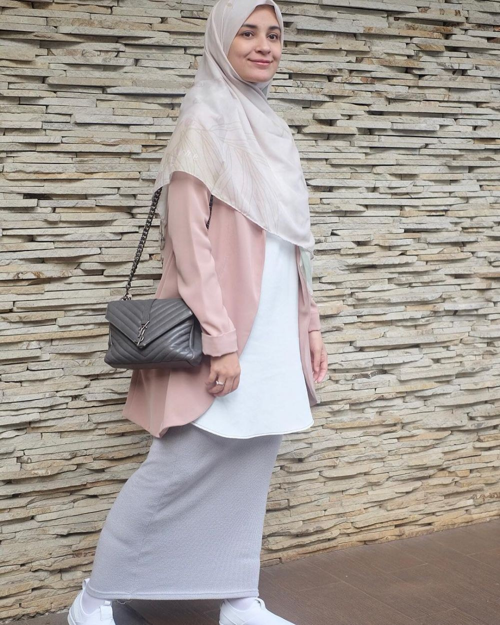 8 Inspirasi Hijab Nuansa Pastel ala Shireen Sungkar, Ceria dan Anggun