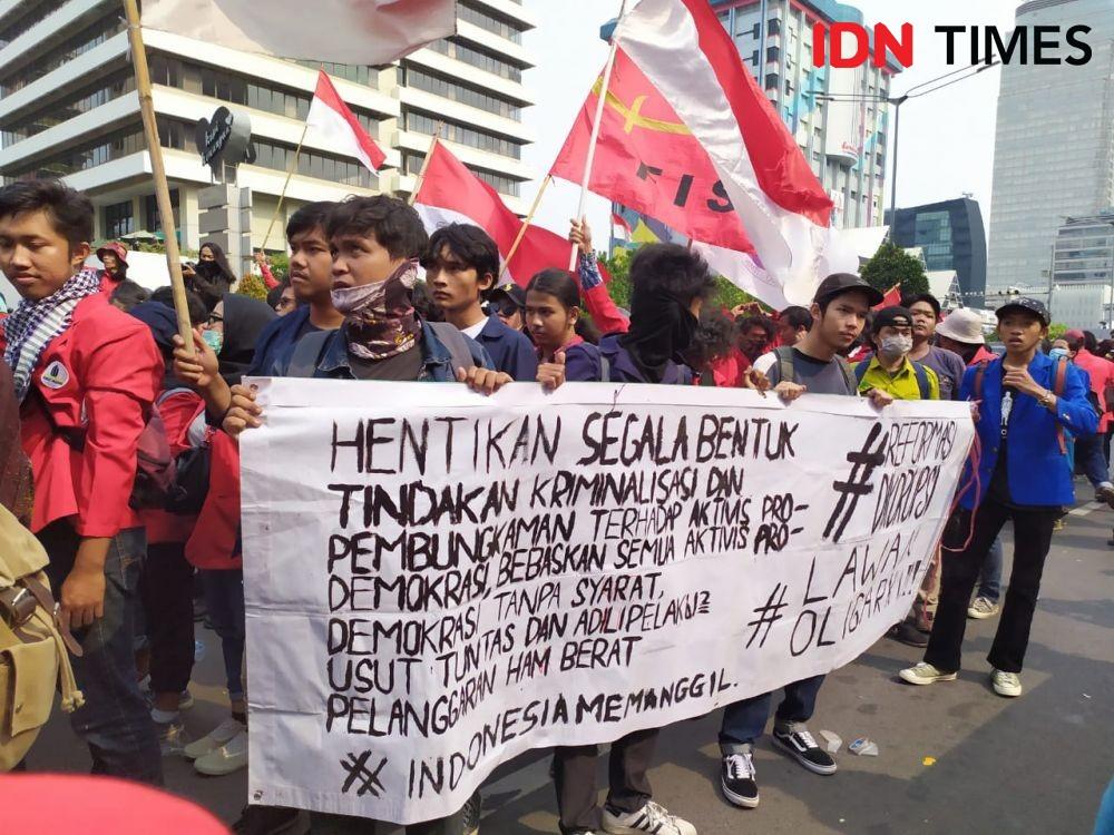 Sebelum Bubar, Mahasiswa dan Buruh Suarakan 7 Tuntutan untuk Jokowi