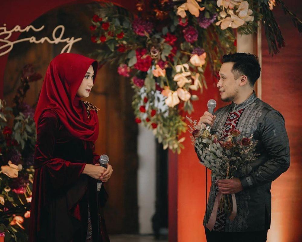 Dekorasi Lamaran Dian Pelangi dan Sandy, Tema Merah Maroon Penuh Bunga