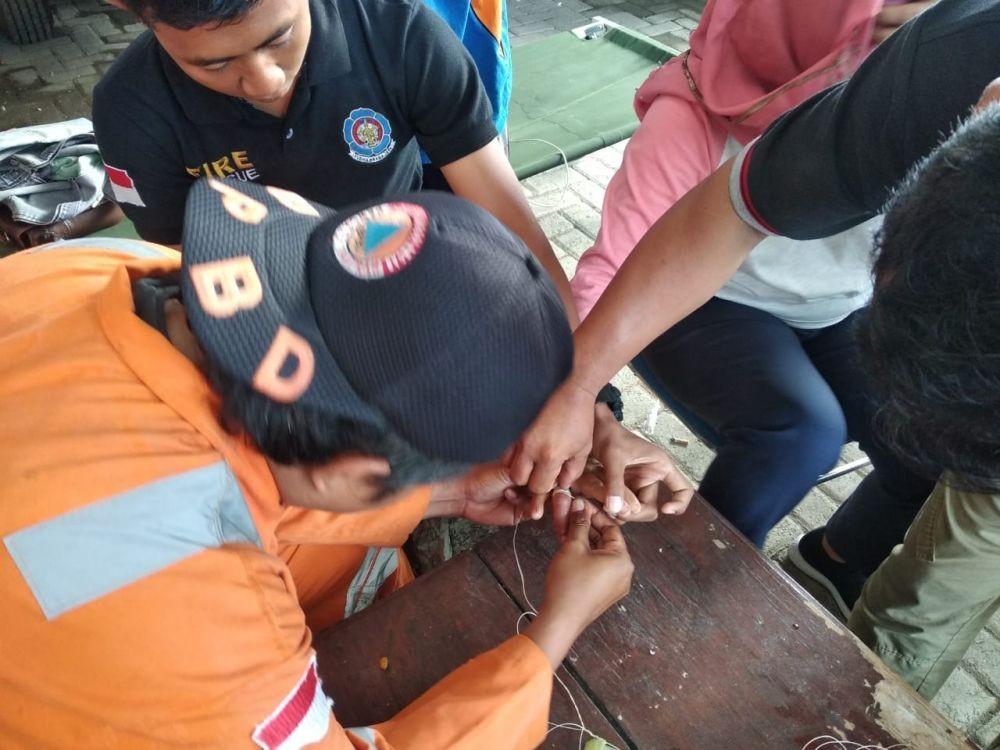 Tak Cuma Menolong Korban Bencana, Petugas BPBD Juga Bantu Lepas Cincin