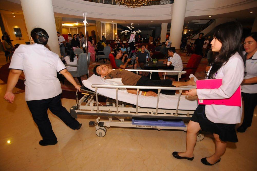 [FOTO] Wajah Waspada Penduduk Kota Manado Setelah Gempa Jumat Malam