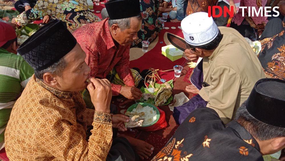 Tradisi Unik Warga Jepara, Makan 1.000 Ingkung di Tengah Sawah