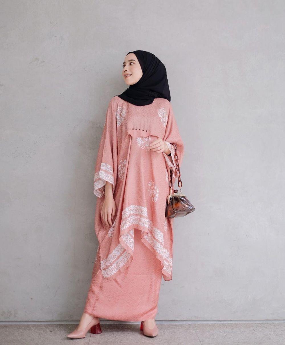 Style Kondangan Hijab Rizky Amelia, Feminin dengan Warna Nude & Bold
