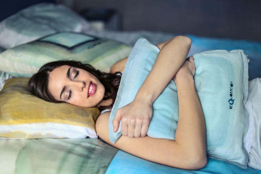5 Kebiasaan Lucu Cewek yang Membuat Pasangannya Makin Jatuh Cinta