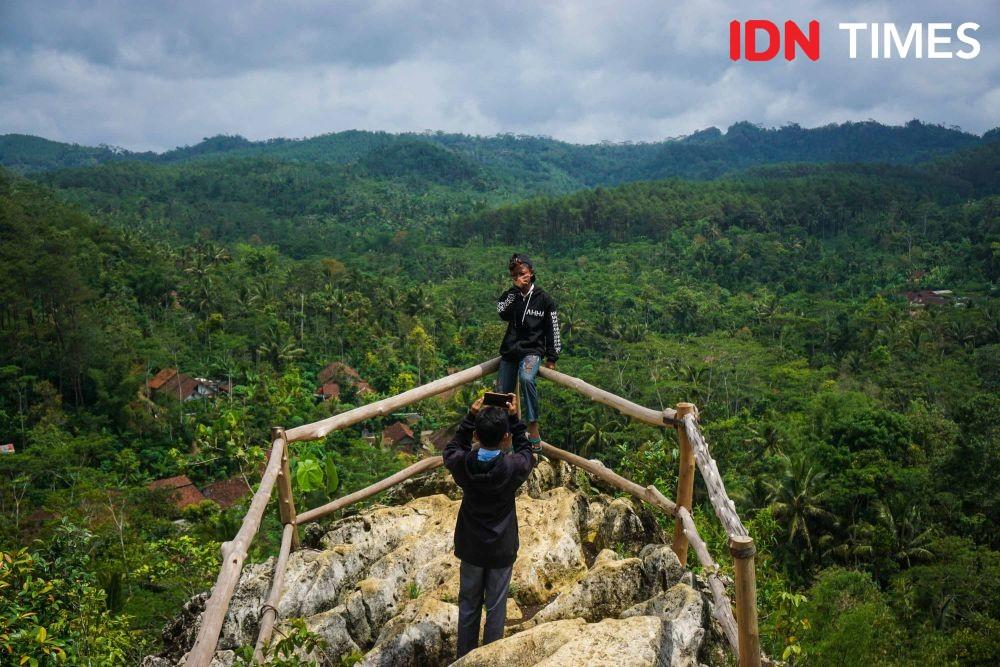 [FOTO] Batu Tumpang, Spot Mistis dan Bersejarah di Hutan Pinus Kalilo
